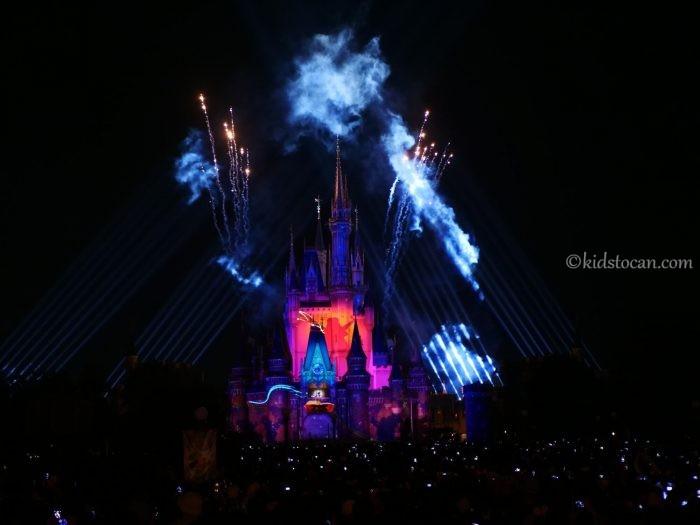 Celebrate! Tokyo Disneylandをプラザガーデンからみた様子。バルコニーに指揮者のミッキー。