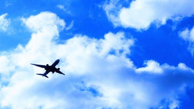 青空に飛行機が飛んでいる様子