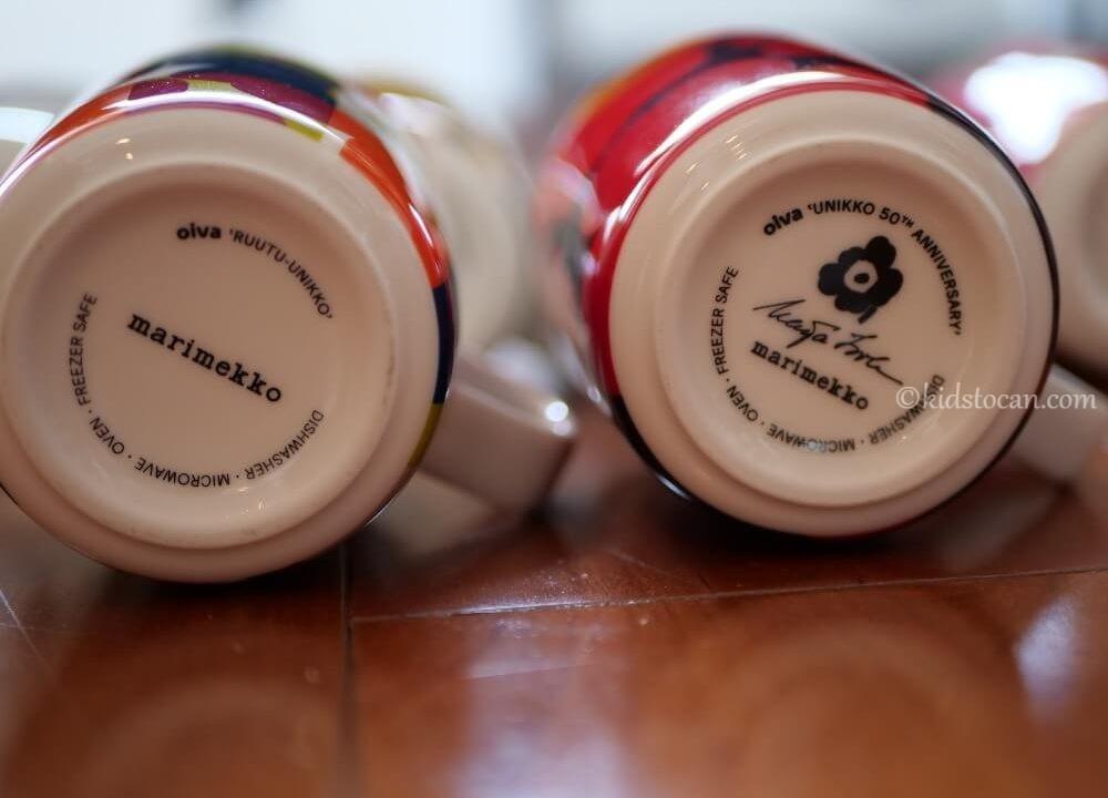 マリメッコのマグカップの底面。50周年記念と通常のマグカップの刻印の違い。
