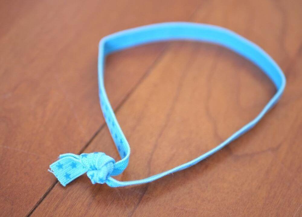 平ゴムを輪にして結んだ様子。水色に星柄の平ゴム。